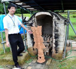 埴輪を焼く窯は、大きいサイズにも対応できるよう、職員が手作り。煙突も付いた本格派。参加者の熱意に負けず劣らず、職員の埴輪愛も深い=和歌山市岩橋