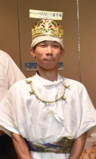 埴輪王を決める選手権の表彰式。仮装して盛り上げる=和歌山市岩橋