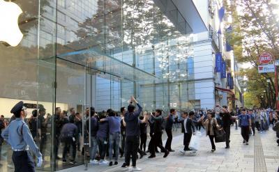 iPhone Xが発売された2017年11月3日、東京・表参道のアップル直営店では長蛇の列ができ、開店直後に多くの人たちが店に入った