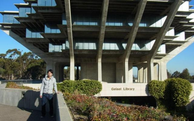 米国カリフォルニア大学サンディエゴ校の図書館前にて