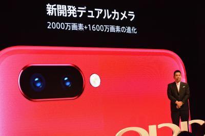 R11sの外側のデュアルカメラについても、日本市場参入記者発表会で説明された=2018年1月31日、東京都渋谷区