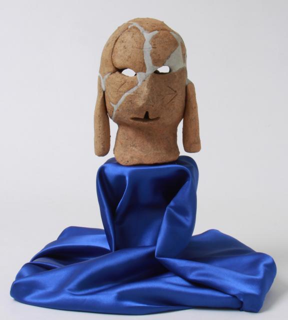 重要文化財の両面人物埴輪。全国で初めて見つかった。前後に二つの異なる顔があり、こちらの顔の口は上に裂けている。頰の矢印模様は矢尻を表現しているという。ちょっと痛そう。3月4日までは東京国立博で展示中=紀伊風土記の丘提供