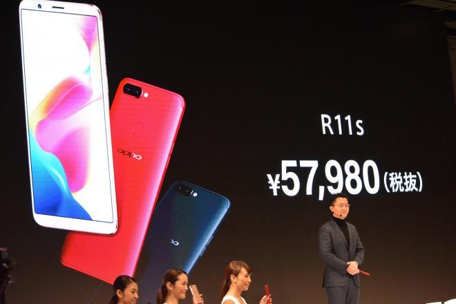 日本で発売するR11sの価格を発表するOPPO Japanの鄧宇辰代表取締役(右端)=1月31日、東京都渋谷区