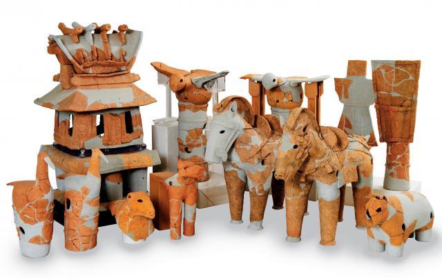 資料館には、家、馬、鳥などいろんな形の埴輪がある。どれも重要文化財だが、どこかゆるい雰囲気=紀伊風土記の丘提供