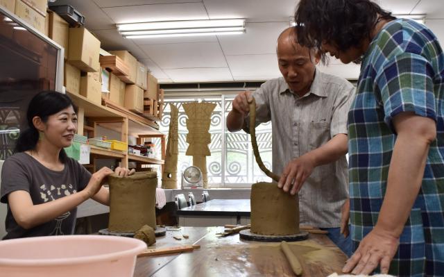 手作業で作られる埴輪。均等な力配分がポイントという=和歌山市岩橋