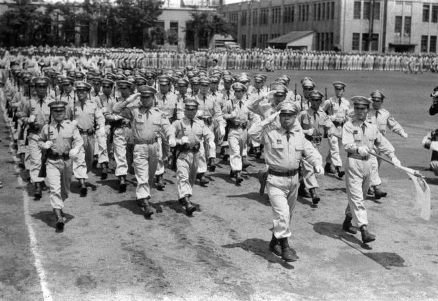 陸上自衛隊創立祝賀式で観閲行進する隊員たち=1954年7月1日、東京・越中島