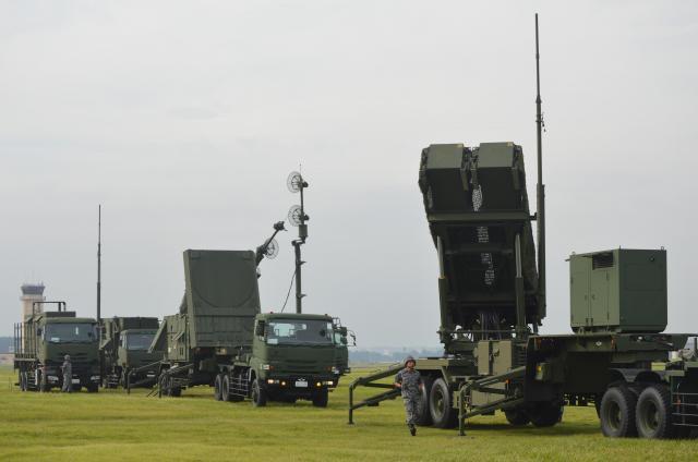ミサイル落下に備えた航空自衛隊の迎撃部隊による展開訓練。この直前に実際に北朝鮮が日本列島を越えるミサイルを発射していた=2017年8月29日、東京都福生市の米軍横田基地