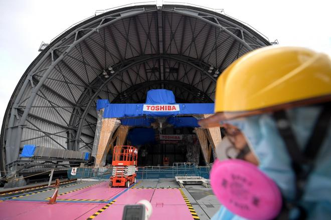 福島第一原発3号機の最上階。ドーム形の屋根の建設が進んでいた=2017年12月1日、竹花徹朗撮影