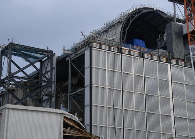 原子炉建屋上部を覆うドーム状の屋根の設置作業が続いている福島第一原発3号機=福島県大熊町、竹花徹朗撮影