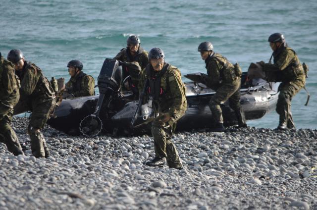 中国に対する南西諸島防衛を念頭に置いた陸上自衛隊の訓練。水陸両用部隊約40人が7隻のボートで上陸を終え、後続部隊の上陸に備え安全を確保する=2017年11月12日、静岡県沼津市の米軍沼津海浜訓練場