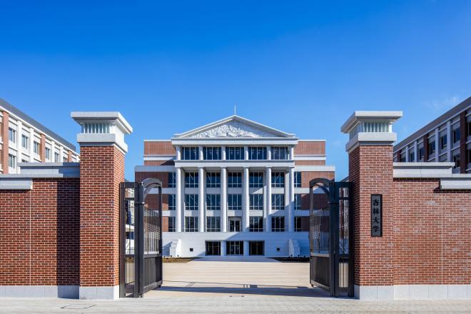 杏林大学の正門