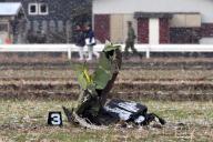墜落現場の東側の田んぼには、ヘリの破片が散乱していた=6日午前9時、佐賀県神埼市、金子淳撮影