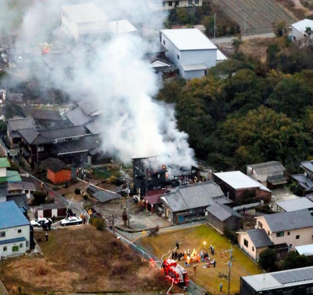 住宅に墜落し、炎上する陸自ヘリ。周囲には田畑や空き地もある=5日午後5時49分、佐賀県神埼市、朝日新聞社ヘリから