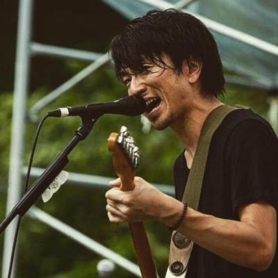 ライブ中の山岸賢介さん