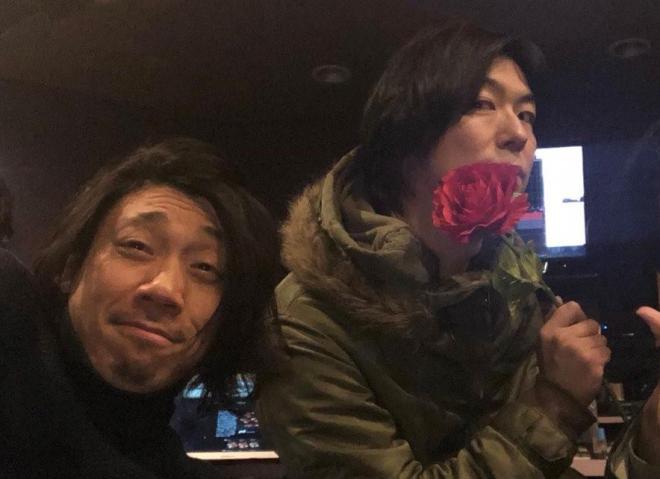 「ウラニーノ」のドラム・小倉範彦さん(左)と、ギター型スプーンをプレゼントしてくれた「ザ・キャプテンズ」の傷彦さん(右)