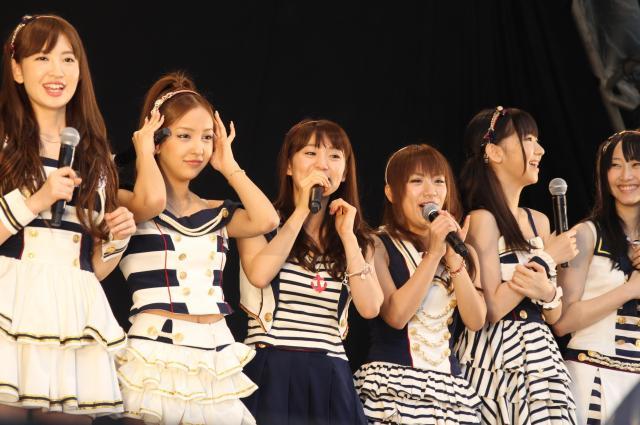 2011年、横浜スタジアムで握手会イベントを行ったAKB48のメンバー。今や特典券商法は日常の光景になった