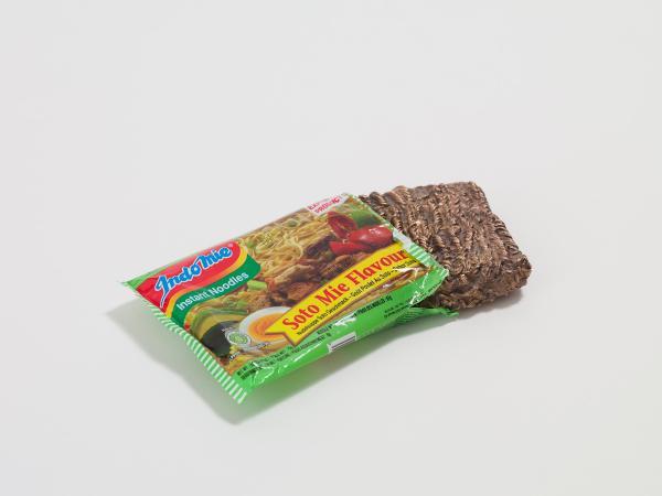 加賀美健さんの作品「ブロンズシリーズ」の一つで乾麺をモチーフにした「HIGH-CLASS NOODLE 」(協力MISAKO&ROSEN)