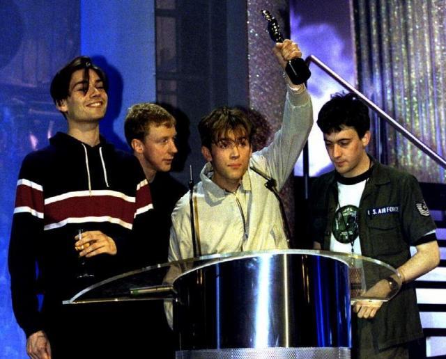 オアシスとブラーのチャート対決。結果はブラーがバンドとしてシングル初の全英1位を獲得。売り上げ枚数もオアシスを上回った