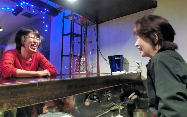 「がんママカフェ」が開かれるカフェ・ド・スールのママ田原愛子さん(右)と井上文子さん=2017年12月、東京都多摩市
