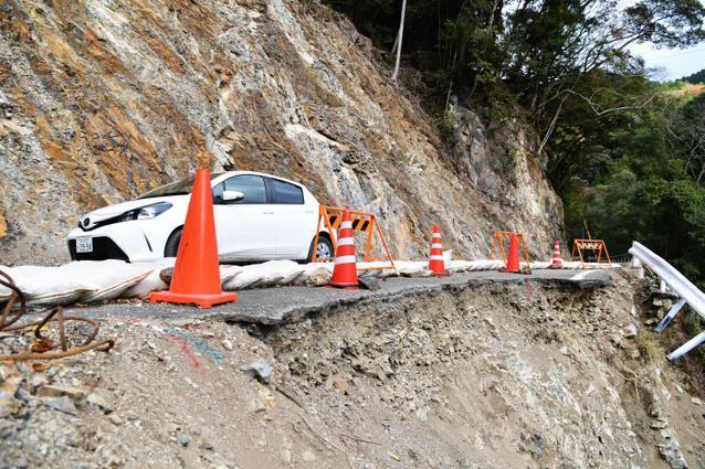 通行止めのため国道425号から迂回した先の道路では、山肌がむき出しになり、ガードレールも崩落している区間があった=昨年12月6日午前11時12分、奈良県十津川村、加藤諒撮影