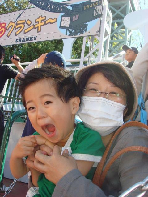 手術から3カ月後、井上文子さんは化学療法を続けながら、家族で富士急ハイランドに行った=2010年10月、山梨県富士吉田市