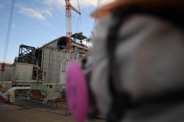 福島第一原発3号機に近づくと放射線量はだんだんと上昇していく=福島県大熊町、竹花徹朗撮影