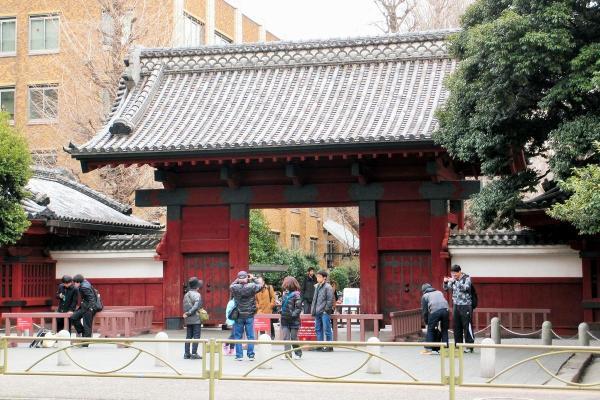 東京大学本郷キャンパスの赤門=2017年3月
