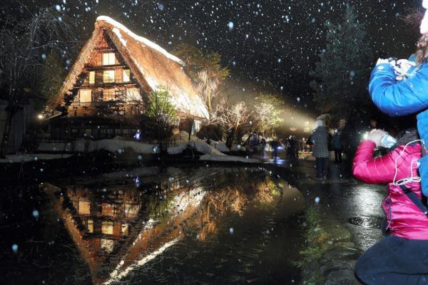 集落内で撮影した一コマ。みんな撮りたい場所はだいたい同じです=1月21日午後6時51分、岐阜県白川村