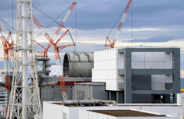 原子炉建屋上部にドーム状の屋根が新設されている福島第一原発の3号機(中央)。手前右は4号機=福島県大熊町、竹花徹朗撮影