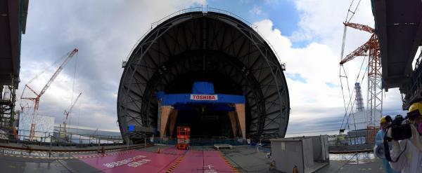 ドーム状の屋根の設置作業が続いている福島第一原発3号機の最上階。右奥に4号機、左奥に2号機が見える(写真6枚をつないだパノラマ画像)=福島県大熊町、竹花徹朗撮影