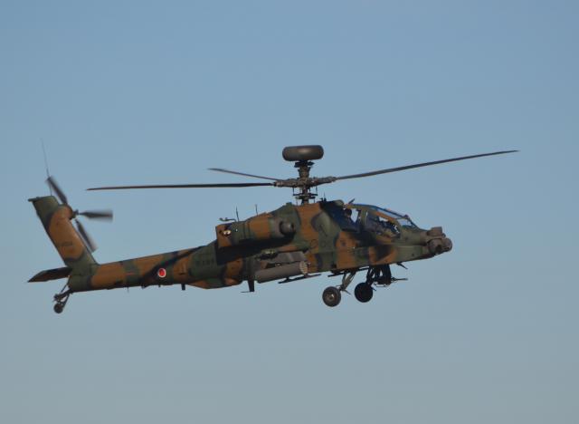 佐賀県神埼市で墜落した陸上自衛隊のAH64D(アパッチ)の同型機。今年1月の訓練に参加していた=2018年1月12日、千葉県の陸自習志野演習場。藤田直央撮影