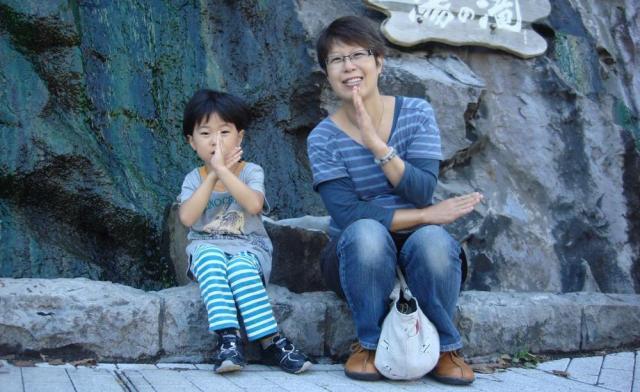 2011年9月、天凱くんの夢だった旭山動物園に行くため北海道旅行をした。抗がん剤治療で抜けた髪の毛はこの頃、やっとウィッグを付けなくてもいいぐらいに伸びた