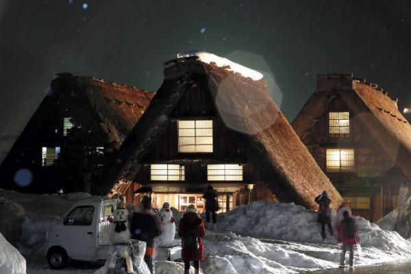 離れて見ると人があちこちにいるのがわかります=1月21日午後7時25分、岐阜県白川村