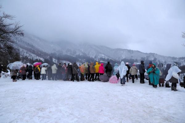後方から見たライトアップを待つ見物客たち=1月21日午後5時17分、岐阜県白川村