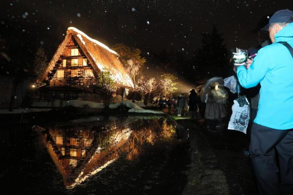 入れ代わり立ち代わり撮影者が…=1月21日午後6時49分、岐阜県白川村