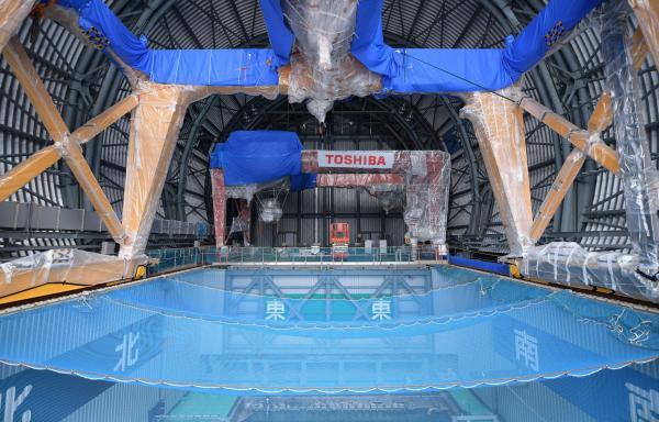 建屋上部にドーム状屋根の設置作業が続く福島第一原発3号機。使用済み燃料プールの上には青いネットがかぶせられていた=福島県大熊町、竹花徹朗撮影