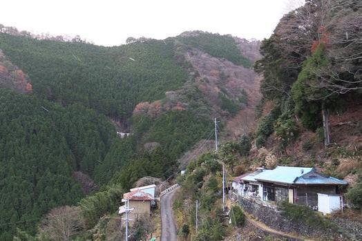 山の斜面に民家が点在する迫西川集落=昨年12月5日、奈良県十津川村、加藤諒撮影