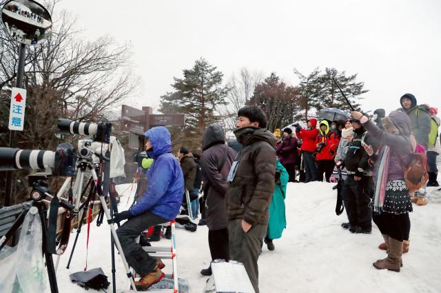左側がライトアップを待つ報道陣。右は人数制限の中訪れた見物客たち=1月21日午後5時16分、岐阜県白川村