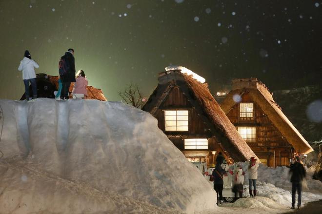 白川郷の幻想的な光景を写そうと多くの観光客が集まった=1月21日午後7時23分、岐阜県白川村、吉本美奈子撮影