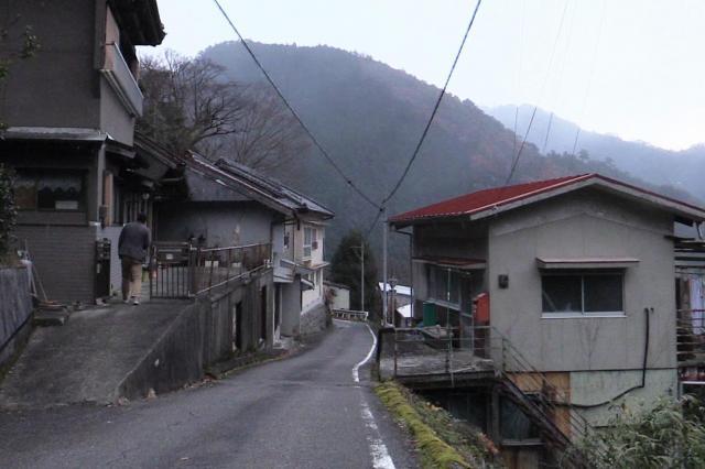 国道425号沿いに民家が並ぶ迫西川集落=昨年12月5日、奈良県十津川村、加藤諒撮影