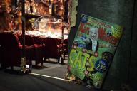 劇場に飾られた「関西ウオーカー」のキャッツ特別版。表紙を飾るのはスキンブルシャンクス!