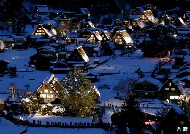 2016年のライトアップの様子。ほとんど身動きできない状態で撮影した=2016年1月16日午後5時34分、岐阜県白川村、吉本美奈子撮影