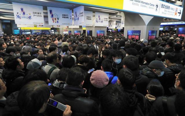 入場規制がかかり、池袋駅の西武池袋線の改札前は人であふれた=2018年1月22日、東京・池袋、長島一浩撮影