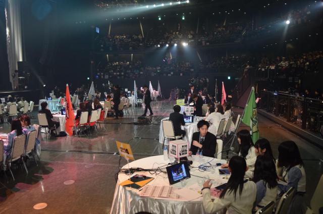 会場では、現役メンバーや担当マネジャーらが円卓に座ってファン投票を見守った=1月21日、東京都文京区