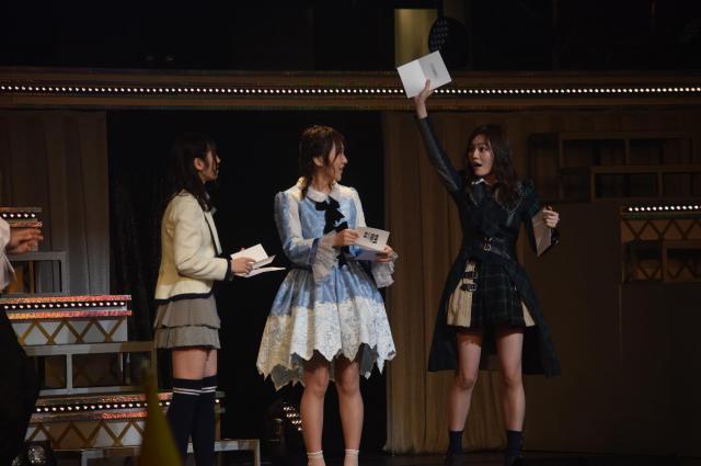 1巡目で最多の3チームが重複した矢作萌夏さんの抽選で当たりくじを引いた込山榛香さん(右端)=1月21日、東京都文京区
