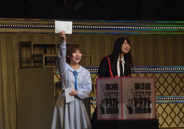 1巡目の抽選で当たりくじを引いた岡田奈々さん(左)=1月21日、東京都文京区