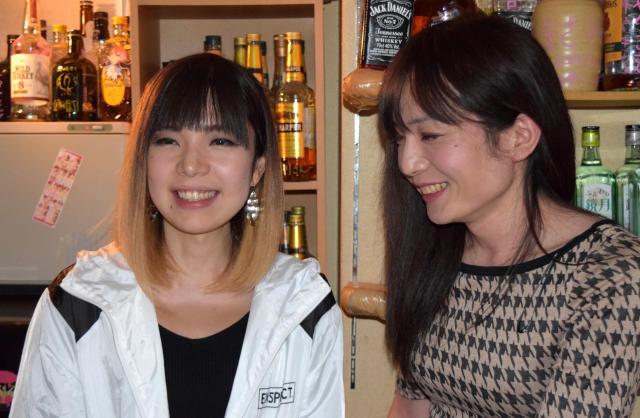 経営する「女の子クラブ」でくりこママ(右)と談笑する=2018年1月1日、高野真吾撮影