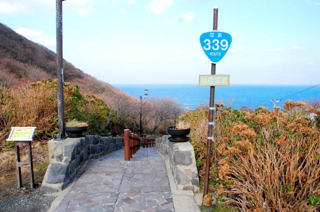 津軽海峡が一望できる階段国道=青森県外ケ浜町、2009年撮影