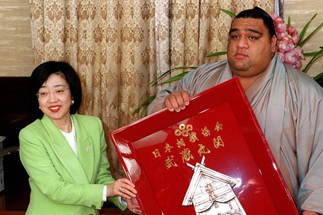 太田房江氏(左)は大阪府知事時代の春場所表彰式で、府知事賞を直接手渡したい意向を示し、土俵の女人禁制が焦点となった