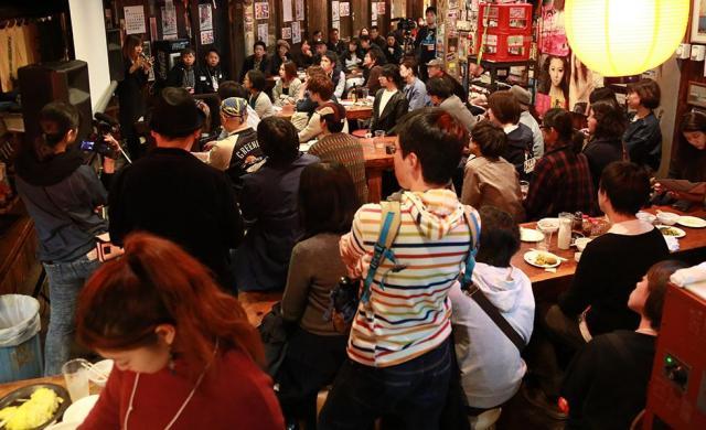 居酒屋を会場にして開かれた映画祭には多くの人が詰めかけた=モカさん提供